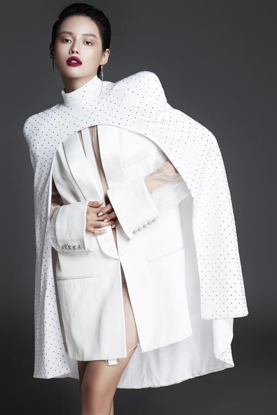Balzer dress trở nên cuốn hút hơn khi được Khánh Linh phối cùng mẫu áo trùm vai hài hoà màu sắc và kiểu dáng.