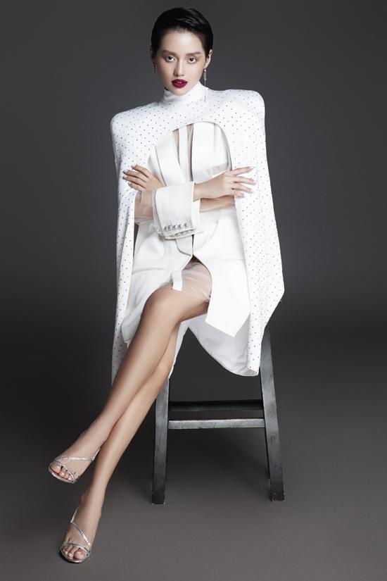 Khánh Linh có nick name Cô em trendy nhờ cách mix đồ đúng điệu xu hướng thời trang thế giới, thể hiện được cá tính riêng.