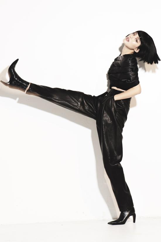 Bốt mũi nhọn đồng điệu cùng xu hướng thời trang thu đông 2019 được Khánh Linh sử dụng hợp lý để hoàn thiện set đồ.