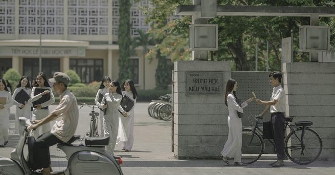 Cảnh phim trước cổng trường được quay trong một tuần.