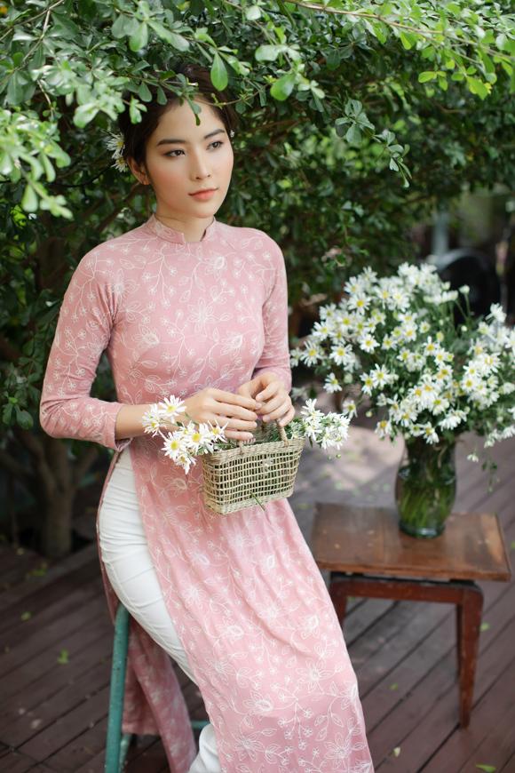 Loạt tác phẩm duy trì phom dáng truyền thống, sử dụng các gam màu tươi sáng, trẻ trung. Trong khi đó, họa tiết hoa thêu nhỏ nhắn làm tăng nét mềm mại, ngọt ngào.