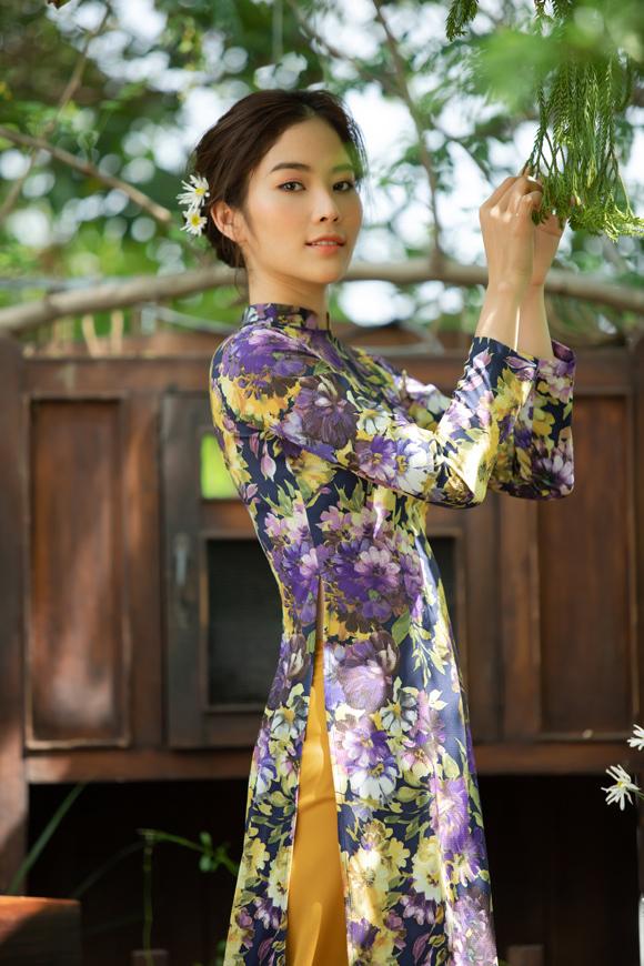 Ở bộ sưu tập này, cô sử dụng ba chất liệu chủ đạo là linen, lụa in hoa và cotton nhằm đem đến sự dễ chịu, thoáng mát cho người mặc.