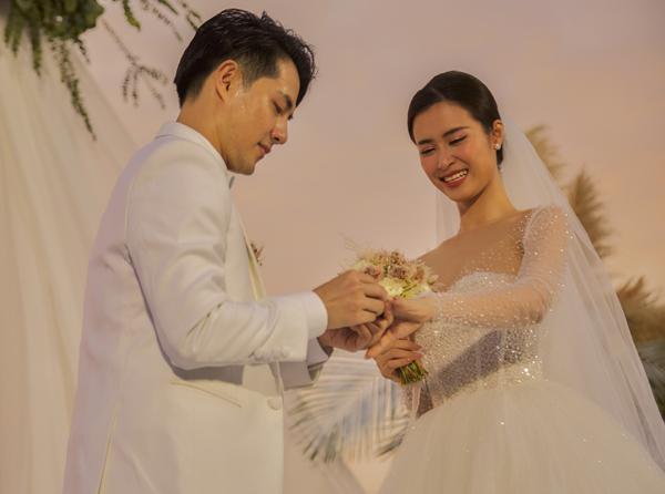 Nếu tình yêu là cảm xúc không thể thiếu trong cuộc sống thì lễ cưới là minh chứng cho tình cảm đó. Vì vậy, đám cưới được xếp vào một trong những nghi lễ thiêng liêng và quan trọng nhất của đời người. Trước sự chúc phúc của những người thân, cặp đôi sẽ cùng trao nhau tín vật của tình yêu vĩnh cửu, đó là nhẫn cưới.