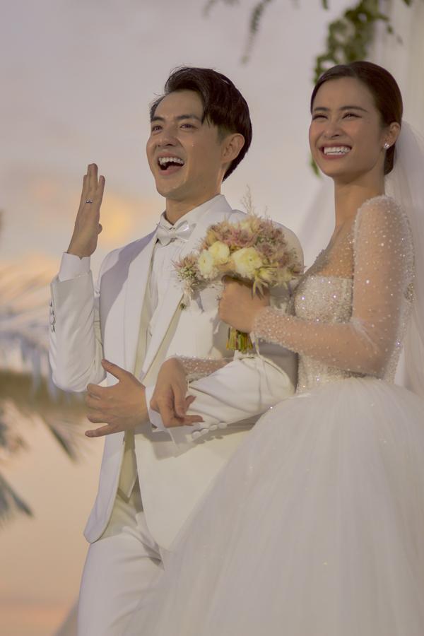 Đông Nhi - Ông Cao Thắng hạnh phúc khi khoe chiếc nhẫn do chính mình thiết kế trên tay, tượng trưng cho tình yêu vĩnh cửu của hai người.