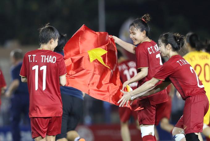 Nữ tuyển thủ Việt Nam giương cao lá cờ tổ quốc mừng tấm vé vào chung kết.