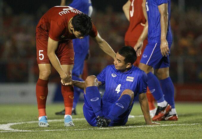 Văn Hậu an ủi một cầu thủ Thái sau trận. Ảnh: Siam Sport