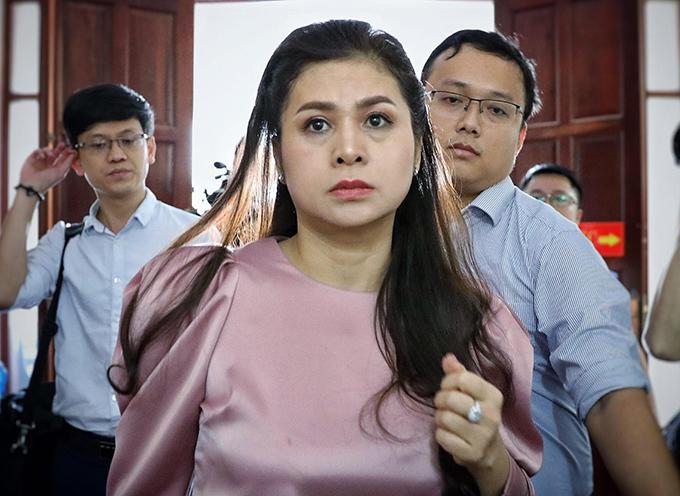 Bà Thảo đến toà trong ngày đầu tiên phiên phúc thẩm, hôm 2/12.