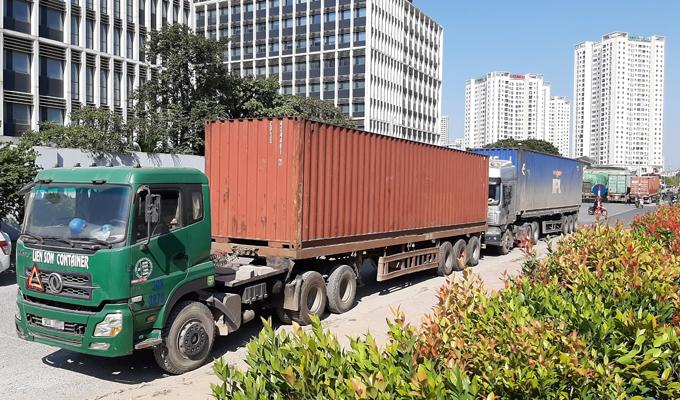 5 container và ba xe tải chở dược liệu nhập lâuj bị niêm phong đưa về trụ sở Bộ Công an tại Hà Nội. Ảnh.Bá Đô