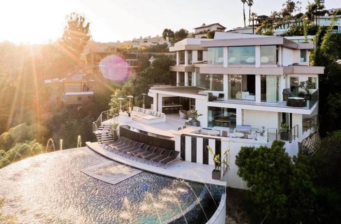 Nathan Lee vắng mặt vài tháng trong làng giải trí. Khi trở lại anh chia sẻ thời gian qua bận lưu diễn nước ngoài và chăm chút cho biệt thự mới mua ở Hollywood, Mỹ.