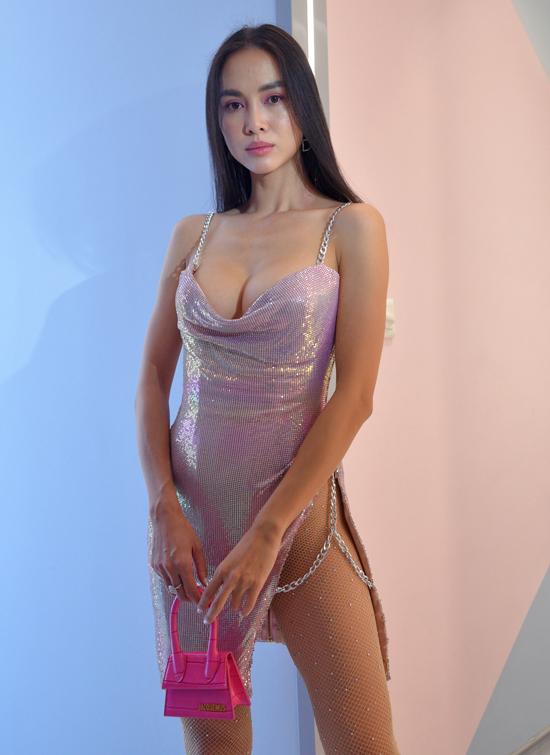 Vũ Ngọc Anh táo bạo khoe ngực đầy, chân dài với váy trễ cổ, xẻ cao tới eo. Từ khi gia nhập showbiz, cô vẫn trung thành với phong cách sexy.