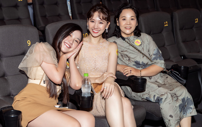 Em gái Trấn Thành - diễn viên Huỳnh Uyển Ân (trái) đi sự kiện cùng chị dâu. Mẹ ruột Hari Won (phải) cũng tới ủng hộ vai diễn mới của con gái. Trấn Thành đang bận quay web-drama mới nên không thể đến chúc mừng vợ.