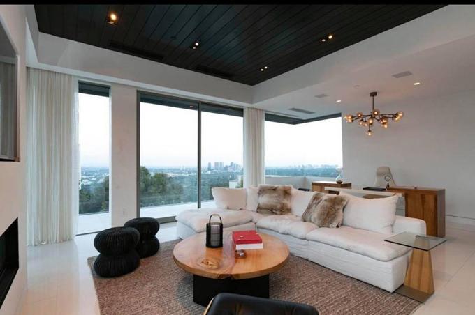 [Caption]  Nam ca sĩ cũng vừa chi 25 triệu USD tương đương 600 tỷ cho căn villa tuyệt đẹp, rộng 12 ngàn mét tại khu Beverly Hills đắt đỏ nhất Hollywood.