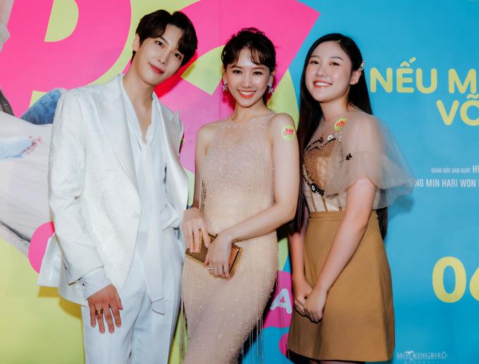[Caption] Oppa Phiền Quá Nha là phim điện ảnh thứ 3 mà Hari Won đóng vai chính, cũng là phim đầu tiên cô nàng được nói tiếng mẹ đẻ Hàn Quốc. Xuất hiện trên thảm đỏ, bà xã Trấn Thành tươi tắn và xinh đẹp, khoe dáng nuột nà, thu hút báo giới.   Hari Won vào vai Ca Dao, một cô nhân viên văn phòng đen đủi có ước mơ thầm kín là làm ca sĩ. Nam chính của bộ phim là Park Jung Min, vai Chan Y - ngôi sao ca nhạc đến từ xứ sở kim chi.