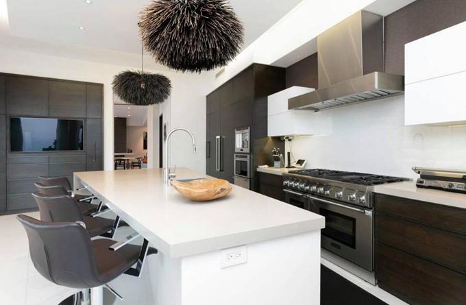 Khu vực bếp thiết kế hiện đại, đầy đủ công năng.