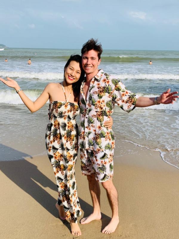 Trước đó, nữ MC còn mua đồ đôi để vợ chồng cùng mặc dạo biển.