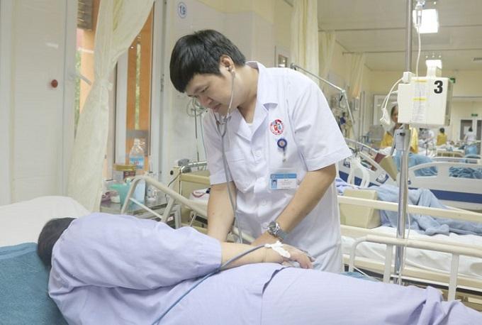 Bệnh nhân sốc phản vệ độ III do ăn nhộng tằm được điều trị tại bệnh viện.