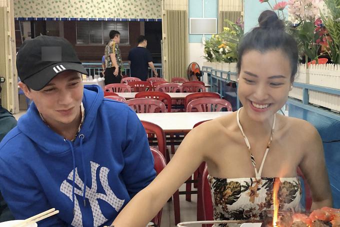 Hoàng Oanh trổ tài nướng đồ ăn cho ông xã - Jack Cole khi họ đến một quán ăn nổi tiếng ở Nha Trang. Riêng chồng cô bày tỏ niềm hạnh phúc khi được vợ mới cưới hết mực yêu thương chăm sóc.