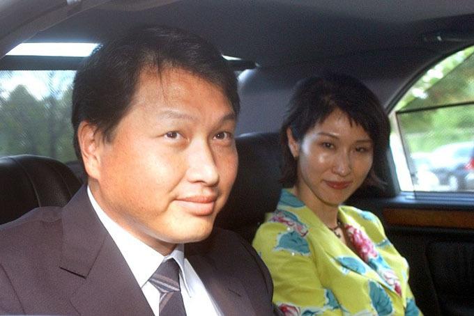 Vợ chồng tỷ phú Chey Tae-won thời mặn nồng.Ảnh: Yonhap.