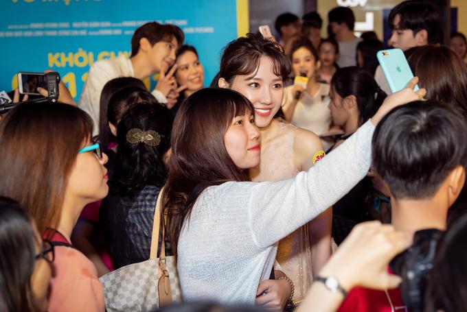 Các fan vây kín xin chụp ảnh với Hari Won ở sự kiện ra mắt phim. Oppa, phiền quá nha do đạo diễn người Hàn Quốc Hwang Kyung-sung chỉ đạo thực hiện. Phim ra rạp từ ngày 6/12.