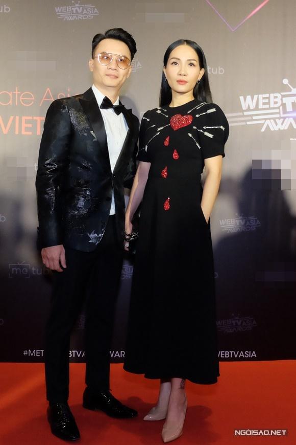 Ca sĩ - nhạc sĩ Hoàng Bách đưa bà xã Đoàn Thanh Thảo cùng dự sự kiện.