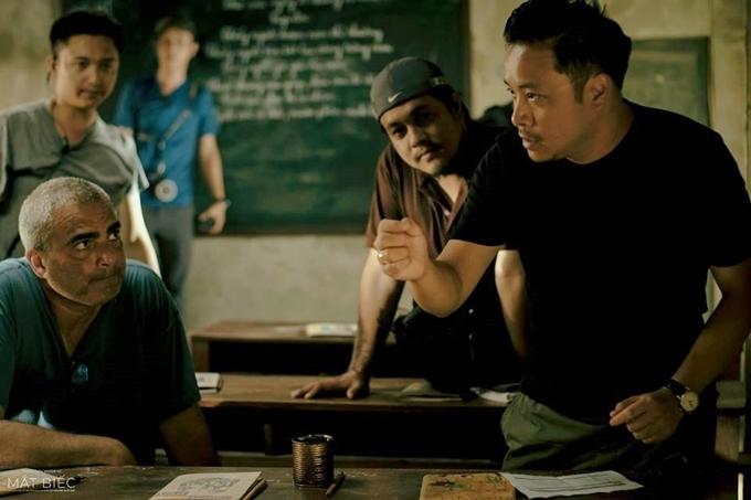 Đạo diễn Victor Vũ (phải) trao đổi với đạo diễn hình ảnh trên trường quay phim Mắt biếc.