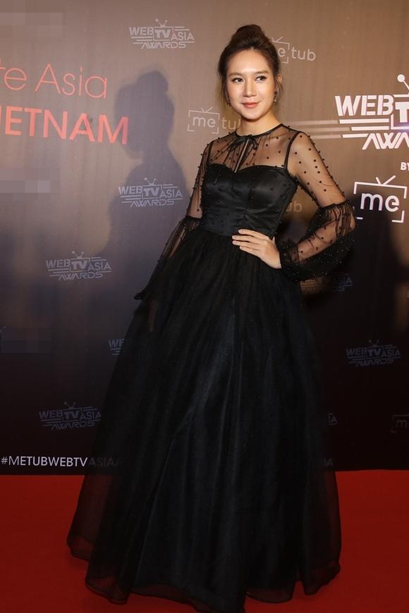 Diễn viên - nhà sản xuất Minh Hà một mình dự sự kiện trong khi ông xã Lý Hải đang làm phim Lật mặt 5 tại miền Tây.