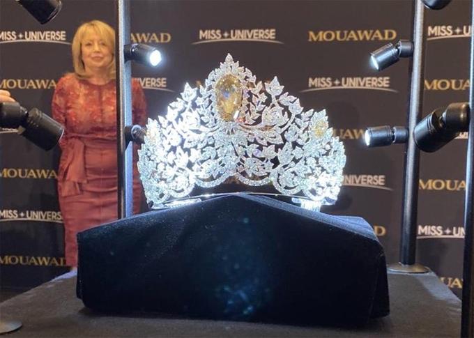 Tác phẩm này do công ty trang sức Pascal Mouawad thực hiện, có giá khoảng 5 triệu USD. Đây là chiếc vương miện thứ 5 của Miss Universe trong vòng 15 năm qua.