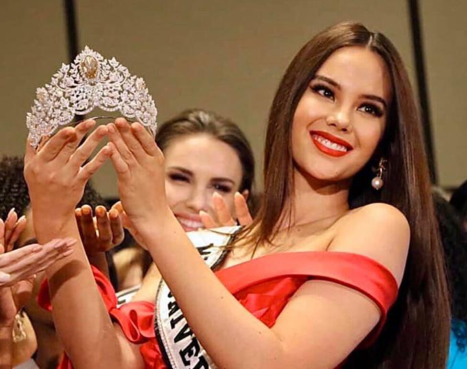 Catriona Gray nâng niu chiếc vương miện trong buổi lễ ra mắt vào chiều qua. Hoa hậu Hoàn vũ 2018 người Philippines sẽ trao chiếc vương miện lộng lẫy này cho tân hoa hậu trong đêm chung kết diễn ra vào tối 9/12.