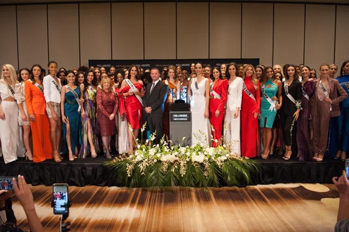 90 thí sinh Miss Unvierse 2019, trong đó có Hoàng Thùy của Việt Nam, chụp ảnh cùng chiếc vương miện danh giá.
