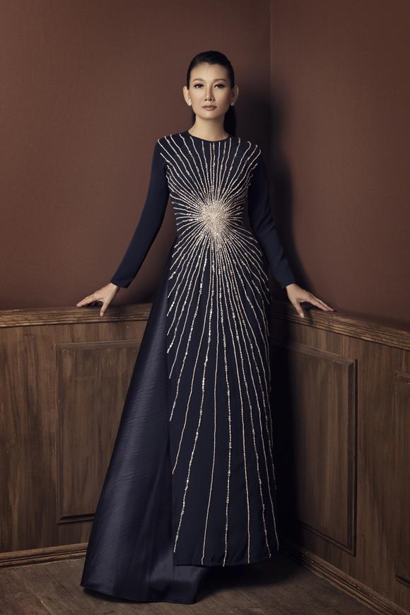 Trong một số thiết kế do Mỹ Uyên làm mẫu, Minh Châu khéo léo phối hợp những cách đính đá mới cho chiếc áo thêm đặc biệt.