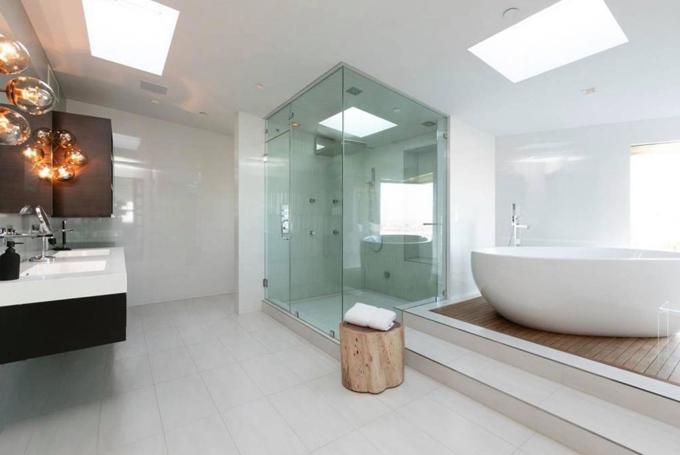 Một trong những phòng tắm trong biệt thự của Nathan Lee.