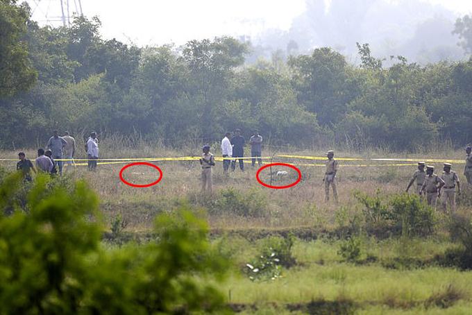 Hiện trường cảnh sát bắn chết 4 nghi phạm hiếp dâm nữ bác sĩ thú y sáng 6/12 ở thành phố Hyderabad, Ấn Độ. Ảnh: AP.