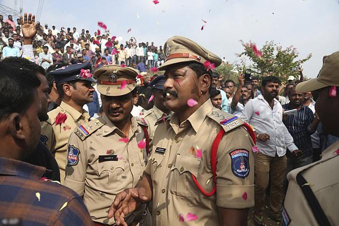 Hàng trăm người dân tụ tập, tung hô cảnh sát tại hiện trường4 nghi phạm hiếp dâm nữ bác sĩ thú y, bị bắn chếtsáng 6/12 ở thành phố Hyderabad, Ấn Độ. Ảnh: AP.