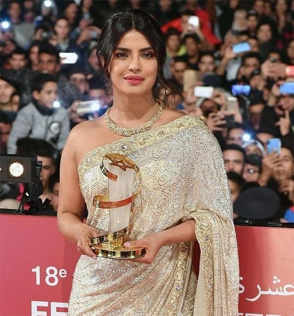 Bộ sari bạc đính saquin ánh vàng tôn lên nhan sắc Á đông quyến rũ của minh tinh Bollywood.