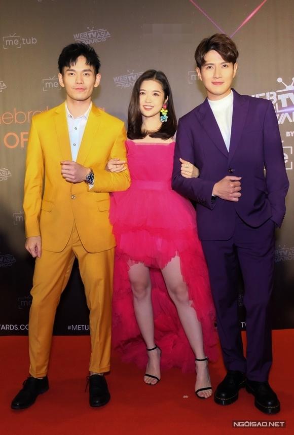 Suni Hạ Linh bên bộ đôi ca sĩ Malaysia Fuying và Sam. Không chỉ dụ dỗ hai người bạn nước ngoài học tiếng Việt để cùng thể hiện hit 'Không sao em ở đây mà', nữ ca sĩ Việt Nam còn trổ tài hát tiếng Hoa cùng họ.