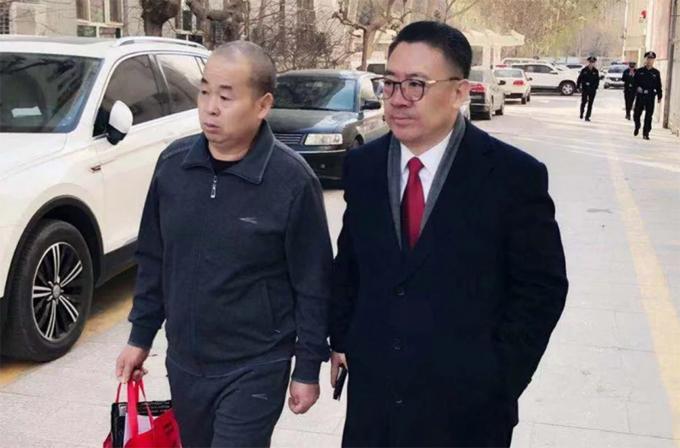 Li Jiangong (trái) được thả tự do hôm 4/12, sau 11 năm ngồi tù oan. Ảnh: Weibo.