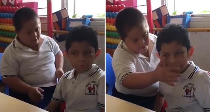Cậu bé mắc hội chứng Down (trái) tỏ ra quan tâm, lau nước mắt cho bạn bị tự kỷ (phải) trong lớp học ở Mexico. Ảnh: Facebook.