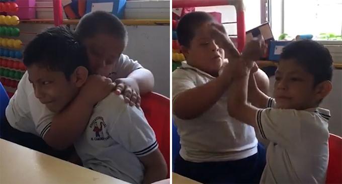 Cậu bé bị Down ôm và cố làm cho bạn tự kỷ vui trong một lớp học ở Mexico. Ảnh: Facebook.