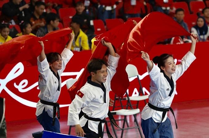 Niềm vui chiến thắng của các võ sĩ taekwondo Việt Nam. Các võ sỹ Trần Hồ Duy, Châu Tuyết Vân, Nguyễn Thị Lệ Kim, Hứa Văn Huy, Nguyễn Ngọc Minh Hy giành tấm HCV nội dung quyền sáng tạo đồng đội kết hợp khi đạt số điểm 7,799. Đây là nội dung đầu tiên mang về HC vàng cho đội tuyển taekwondo tại SEA Games 30.