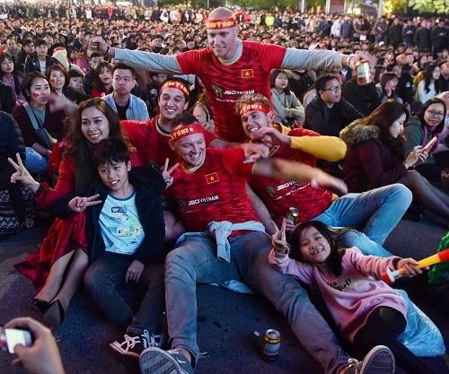 Những CĐV ngoại quốc cũng cháy hết mình để cổ vũ cho U22 Việt Nam.