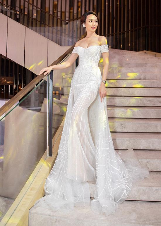 Ngọc Diễm lộng lẫy khi diện bộ cánhtrễ vai, dài quét đất do Lê Thanh Hoà thiết kế.