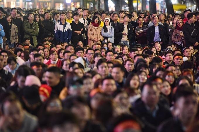 Trước màn hình LED, hàng ngàn CĐV đang nín thở theo dõi từng đường chuyền bóng, chờ đợi bàn thắng của những chàng trai áo đỏ.