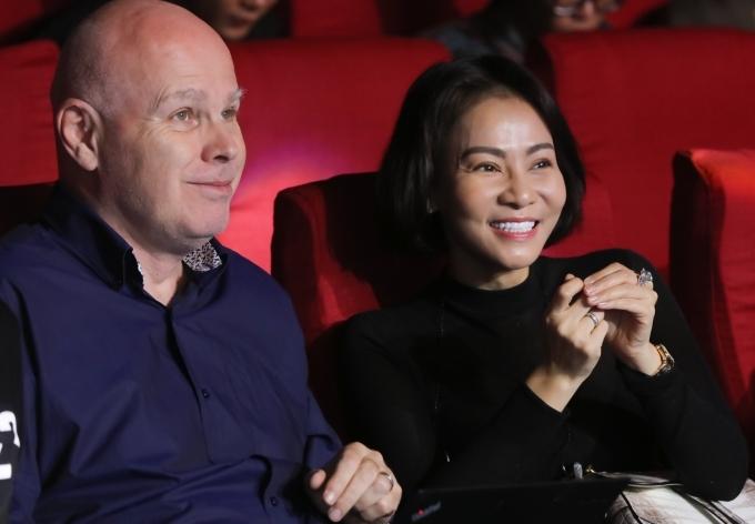 Chồng Tây tháp tùng Thu Minh tập chung kết Hoa hậu Hoàn vũ VN