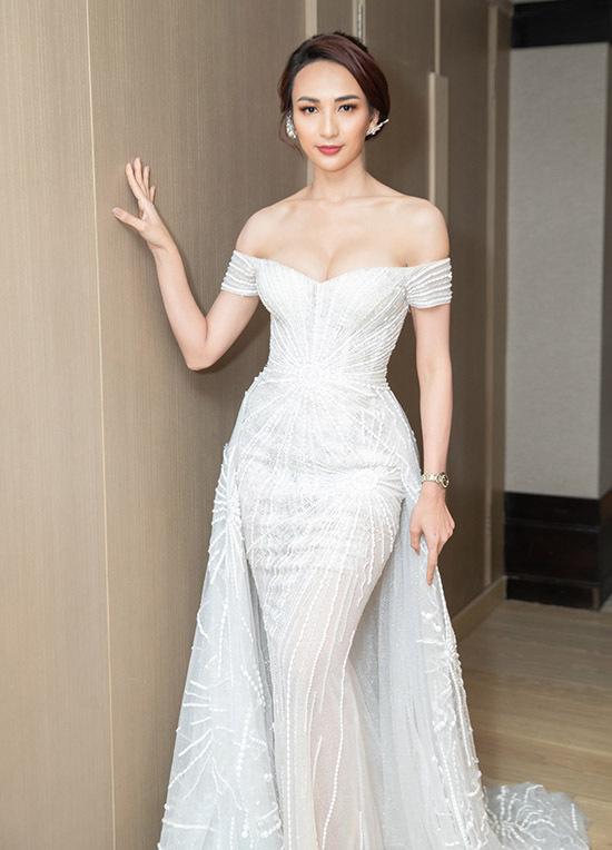 Người đẹp quê Khánh Hoà luôn đầu tư trang phục kỹ lưỡng mỗi lần xuất hiện trước công chúng.