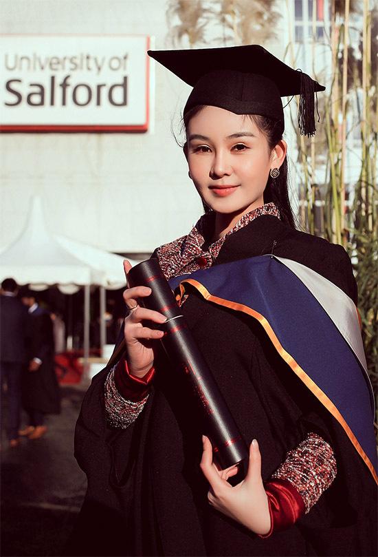 [Caption Ngân Anh hạnh phúc khoe, cô tốt nghiệp với xếp loại Merit là bằng ưu tú theo hệ thống chấm điểm của các trường ĐH Salford University (ở Manchester, Anh). Khi được hỏi về ý định học lên Tiến sĩ, cô cho biết mình đang cân nhắc, phần vì học Tiến sĩ chủ yếu là nghiên cứu và mất tận 3 năm để hoàn thành, phần vì cô muốn tập trung với công việc mình đang phát triển và tích luỹ cho mình nhiều kinh nghiệm hơn.