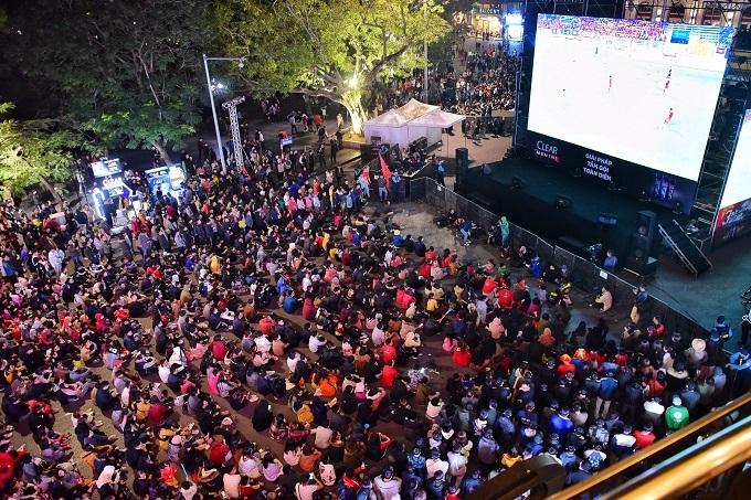 Tối 7/12, hàng ngàn CĐV đổ về quảng trường Đông Kinh Nghĩa Thục (Hà Nội) theo dõi trận đấu giữa U22 Việt Nam và Campuchia qua màn hình lớn, biến không khí nơi đây trở nên vô cùng cuồng nhiệt, sôi động.