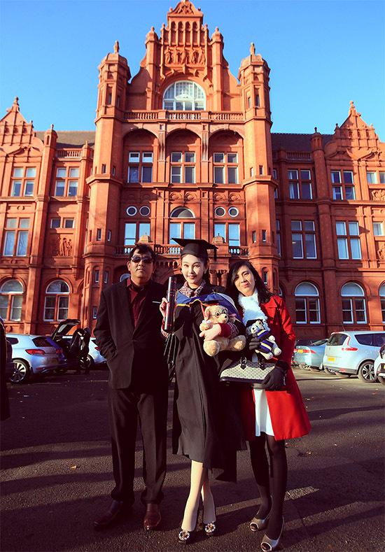 Đại học Salford thuộc thành phố Manchester. Ngôi trường có kiến trúc đẹp mắt với màu sơn đỏ nổi bật.