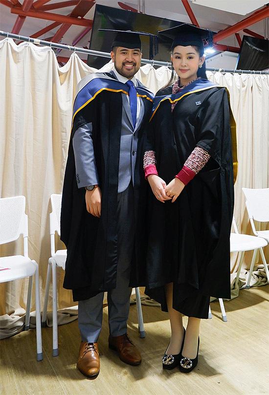 Ngân Anh chụp ảnh cùng một người bạn cũng vừa nhận bằng thạc sĩ như cô.