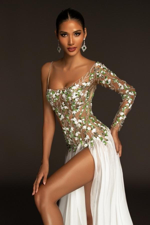 Hoàng Thuỳ diện váy có ý tưởng loài hoa giọt tuyết của nhà thiết kế Công Trí.