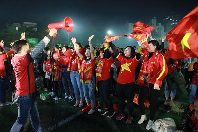 Cùng lúc đó tại Sân bóng ĐH Y Hà Nội, các CĐV cũng ăn mừng hết sức cuồng nhiệt bất chấp thời tiết giá lạnh. Ảnh: Nguyễn Ngoan